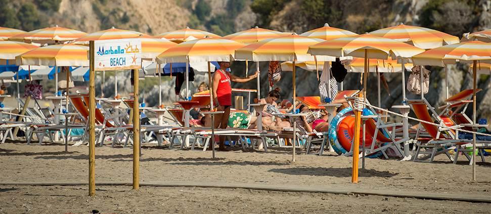 Пляж и прозрачное море для правильного отдыха